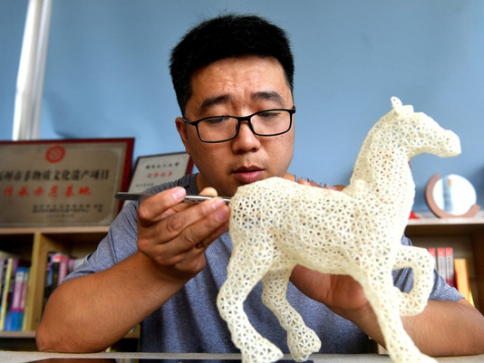 This Artist Sculpts Animals and Flowers From Grains of Rice