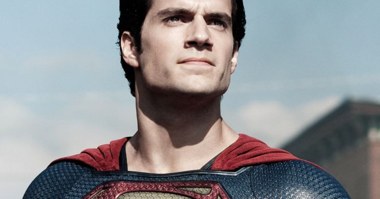 Na imagem é mostrado o ator Henry Cavill como Superman para explicar que ele assinou um contrato para voltar ao papel
