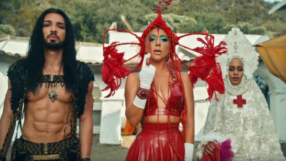 Na imagem mostra a Lady Gaga e um personagem homenageando a série The Witcher