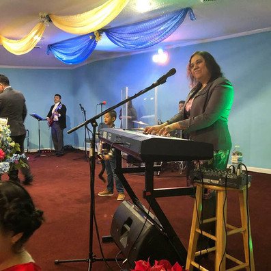 Pastora Karla Cruz Ministrando la alaban