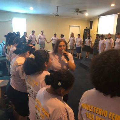 Pastora Karla Cruz Ministrando a las Deb