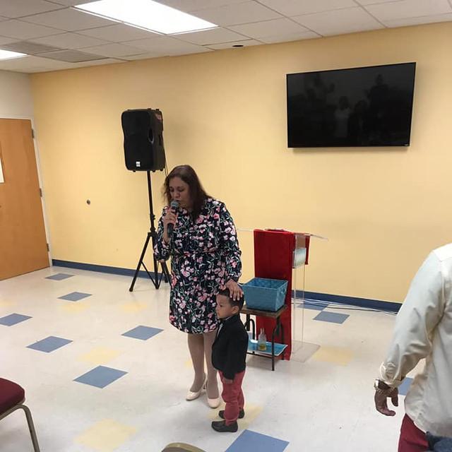 Pastora Karla Cruz Ministrando en Iglesia