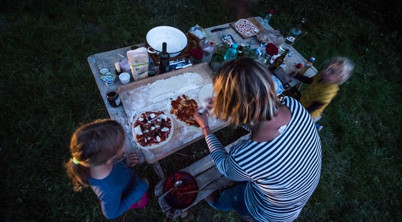 Příprava pizzy v plném proudu