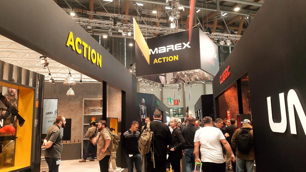 Umarex  en su stand integra la arquitectura a la experiencia del usuario  asi como la oferta de los productos y de las novedades