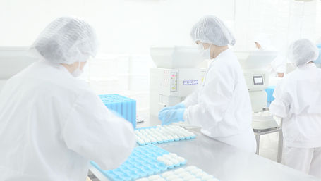 米飯加工をする工場で働く人々