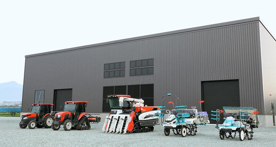 工場の前に並ぶ農耕機
