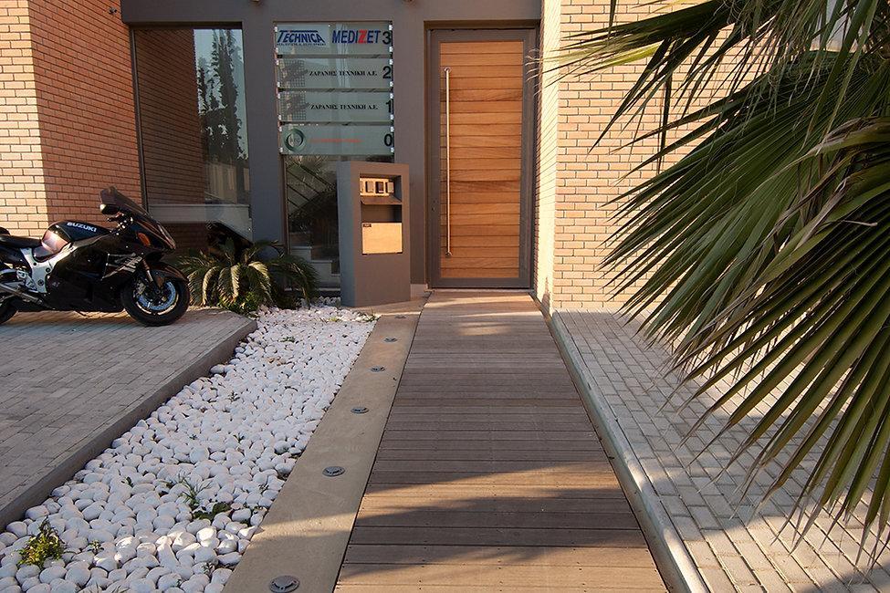 Εισοδος σε κτιριο γραφειων με ξυλινα στοιχεια