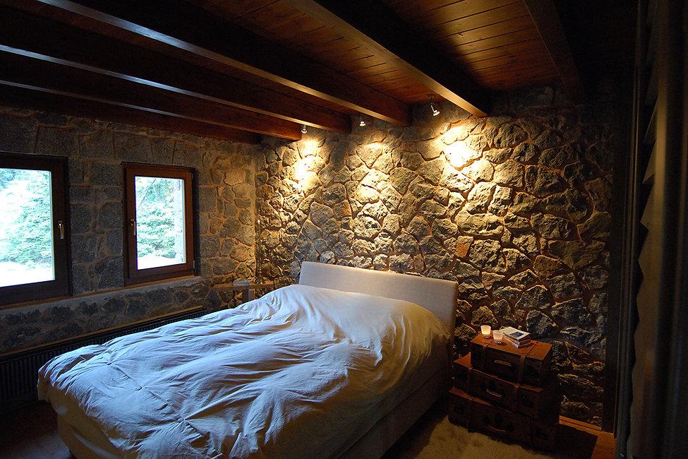 Υπνοδωματιο σε χειμερινη κατοικια με ξυλινη οροφη