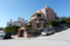 Ροζ πολυκατοικια στο Μαρουσι