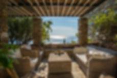 Λιθοκτιστη καλοκαιρινη κατοικια στο νησι Ανδρος στις Κυκλαδες