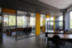 Μοντερνο και χρωματιστο εσωτερικο κτιριου γραφειων