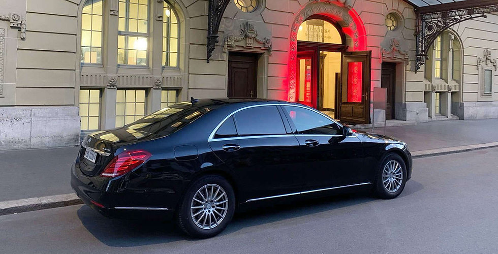 Mercedes limousine in front of the Hotel Bellevue Palace Bern – from Limousine Service Switzerland Basel
