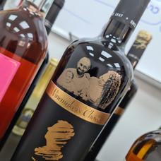חריטה מיוחדת על בקבוקי אלכוהול