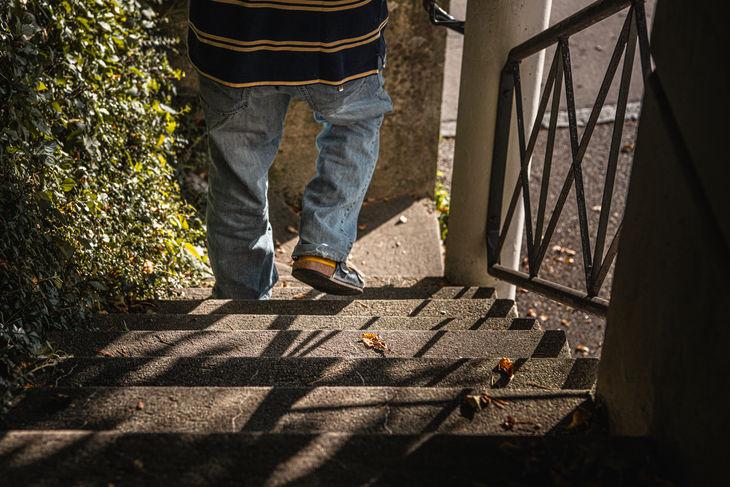 Fotografie © Karin Nussbaumer, Beine laufen eine Treppe hinunter
