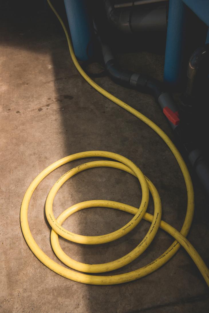 Aquaponik_Fotografie, ©Karin Nussbaumer, gelber Wasserschlauch