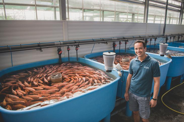 Aquaponik_Portrait vor Fischen, Fotografie, ©Karin Nussbaumer