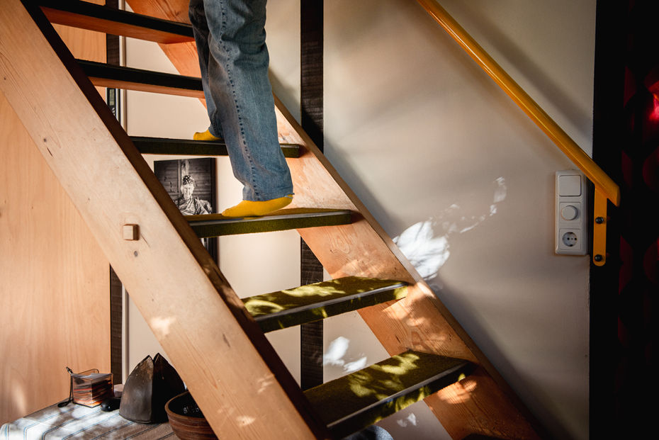Treppe mit Beinen Fotografie ©karinnussbaumer