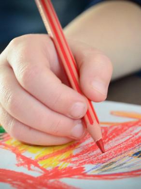 Como o brincar influencia na preensão do lápis