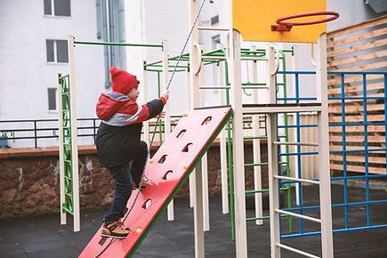 Kind spielt im Freien