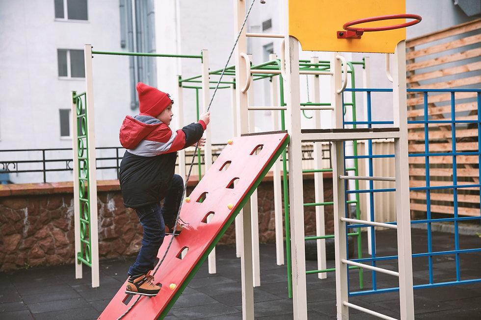 Niño jugando al aire libre