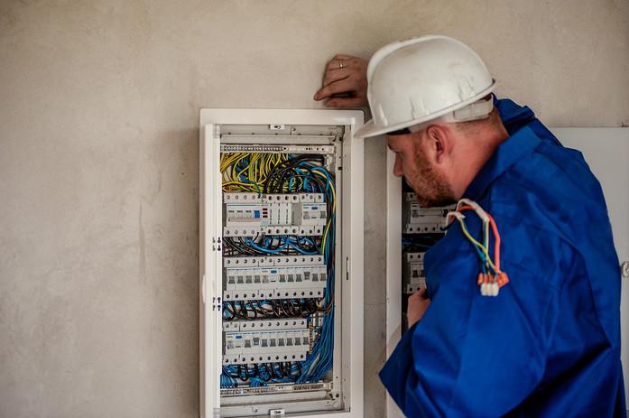 electrician-2755683_1920.jpg