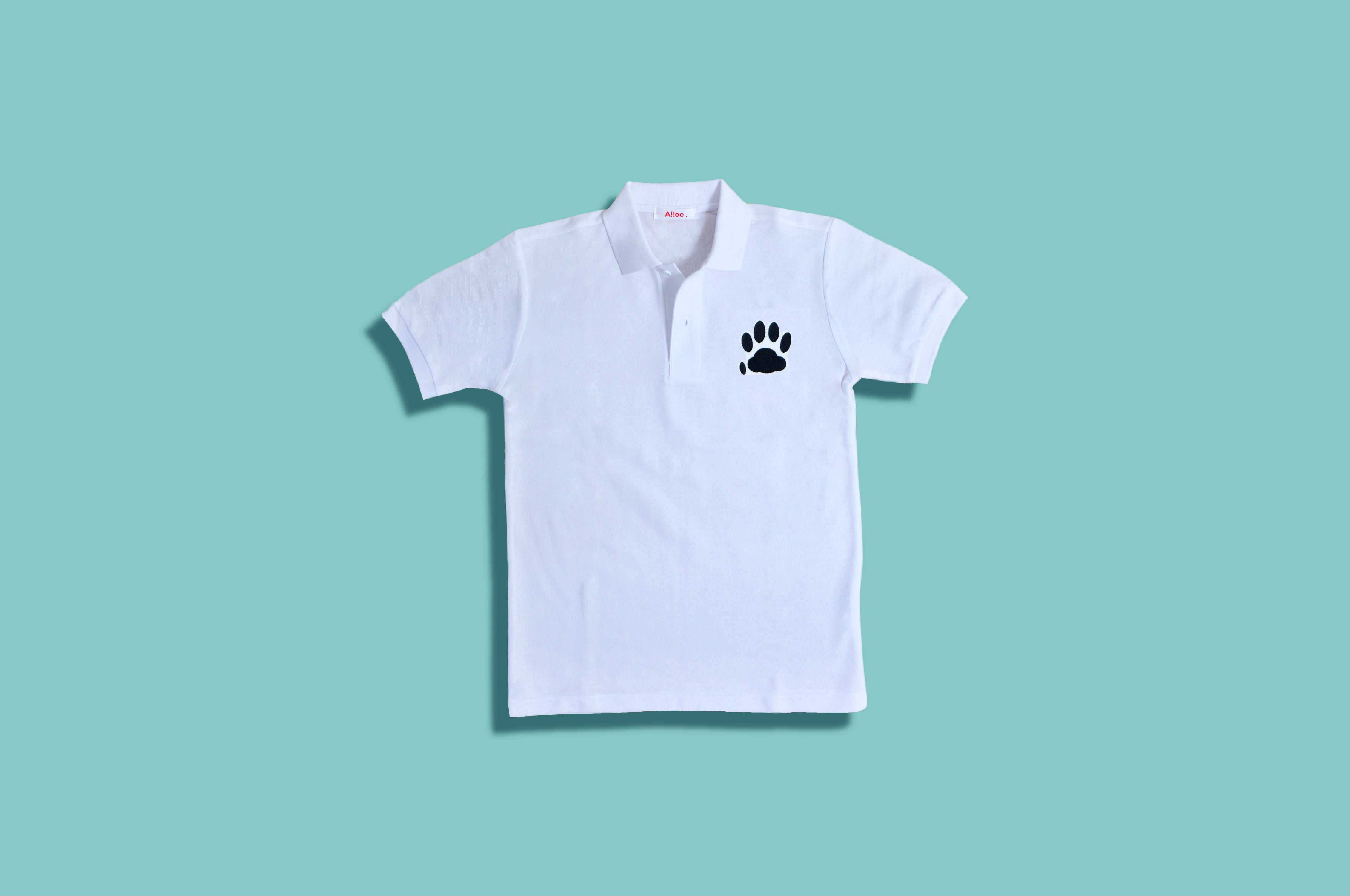 肉球の刺繍入りの白いポロシャツ