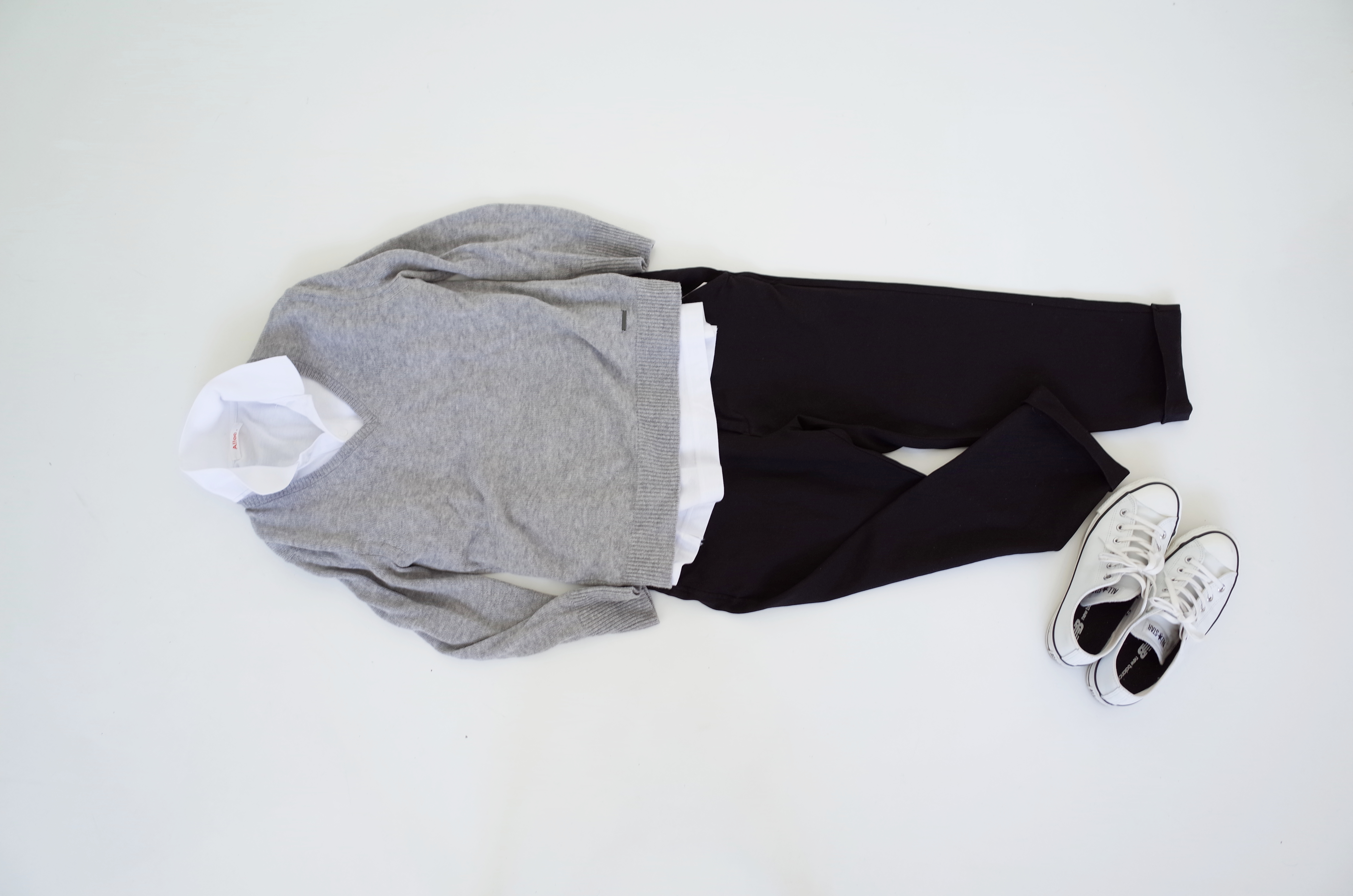 ポロシャツをトップグレーのニットを合わせグラデーションでまとめる。