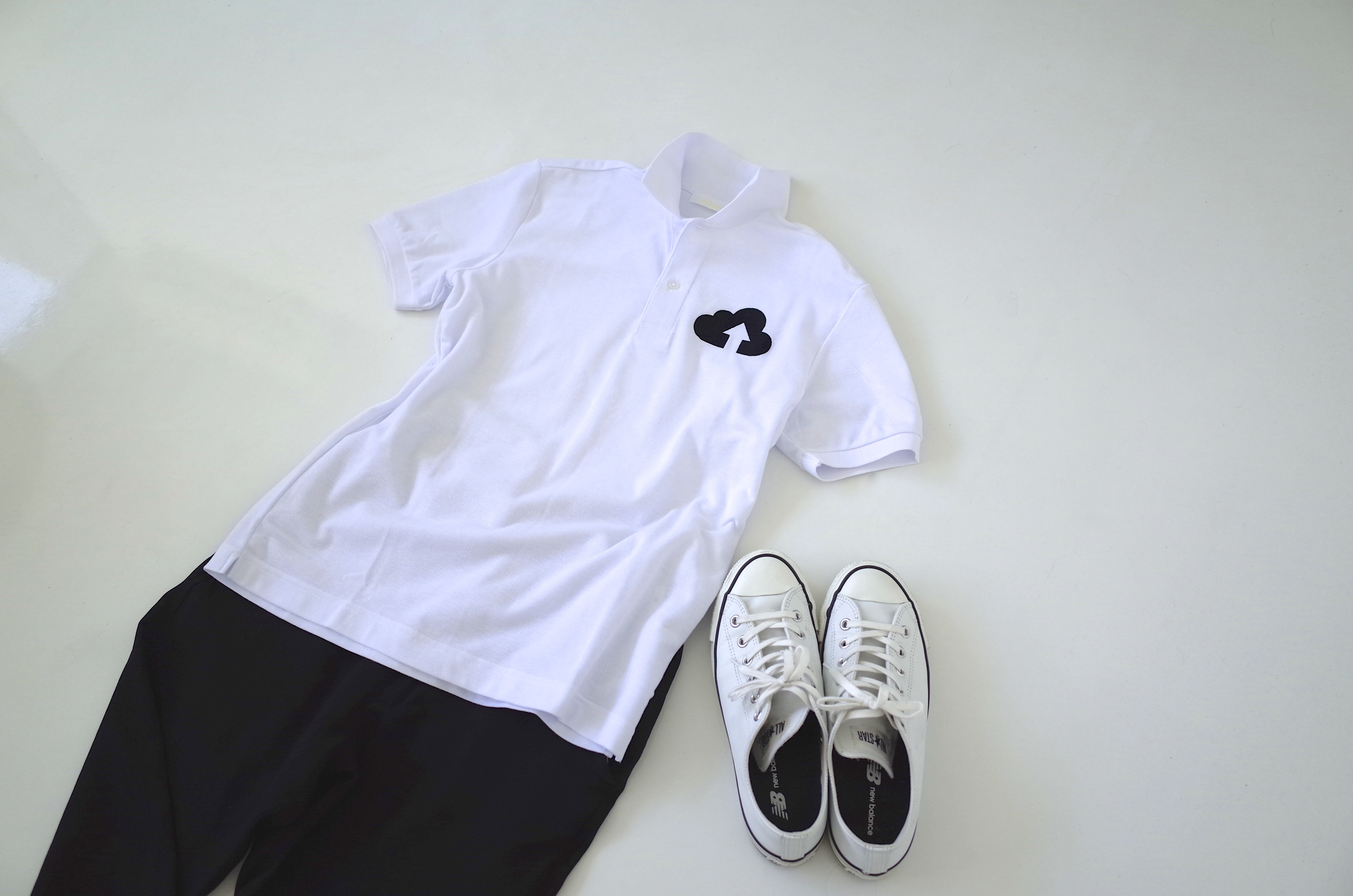 白いポロシャツと白いスニーカー、黒のパンツで色をしめて。