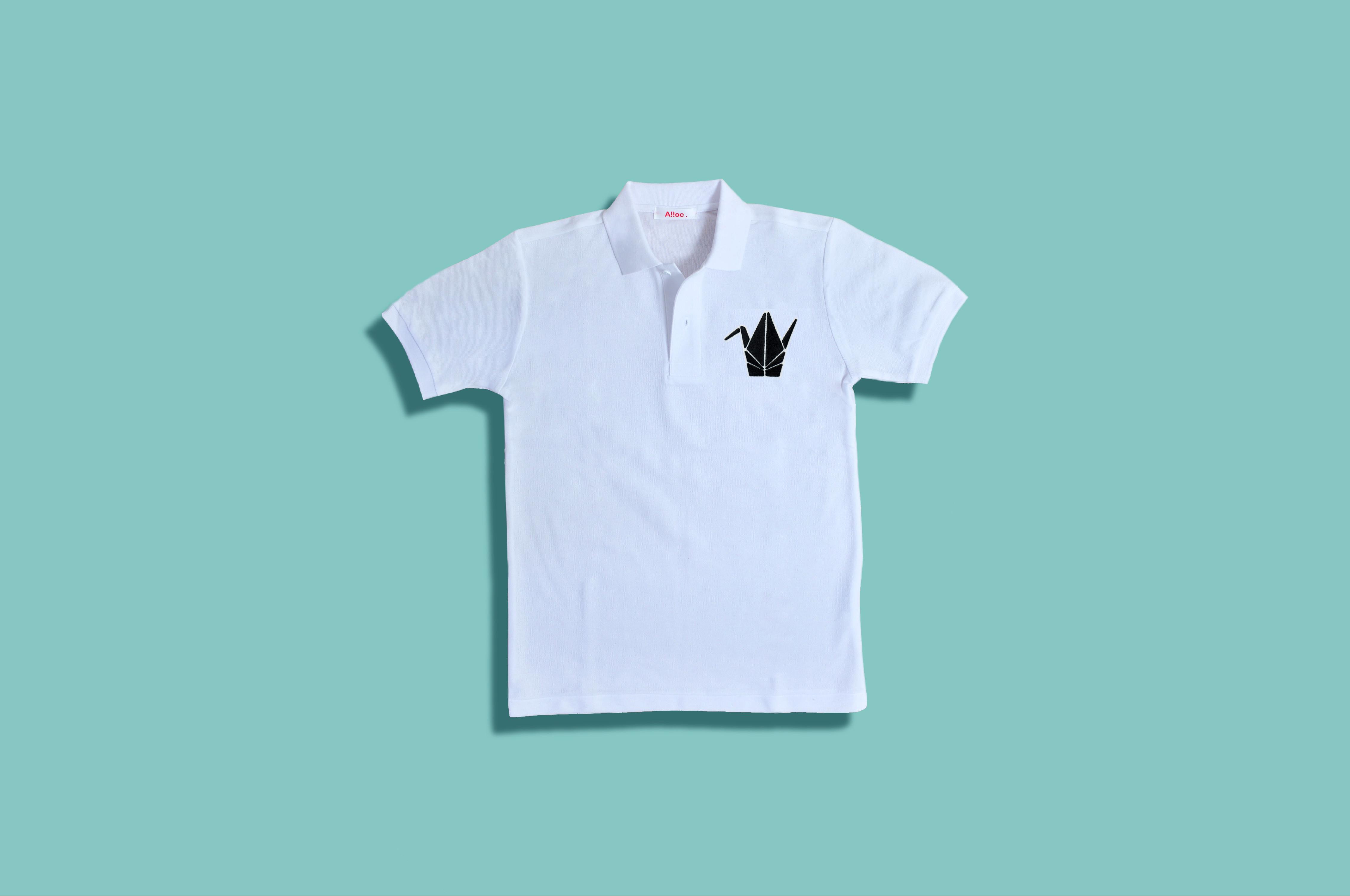 刺繍入りの白いポロシャツ