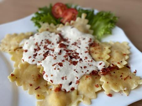 Равиоли с ветчиной и сыром под сливочным соусом.