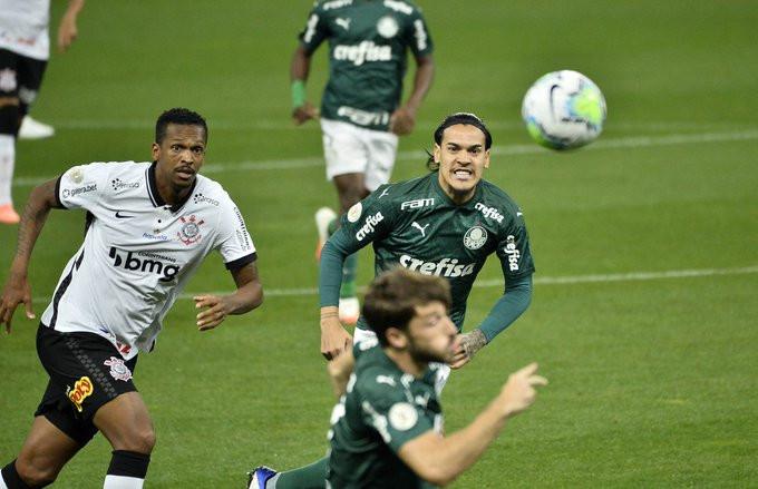 Gustavo Gómez acompanha seu companheiro a procura da bola. (Foto: globoesportecom)