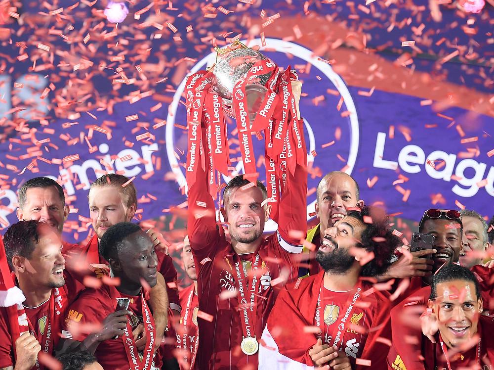 Henderson levanta o troféu da Premier League. (Foto: Premier League)