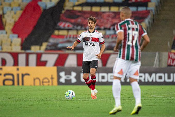 Rodrigo Caio sai jogando para o Rubro-Negro. (Foto: Flamengo)