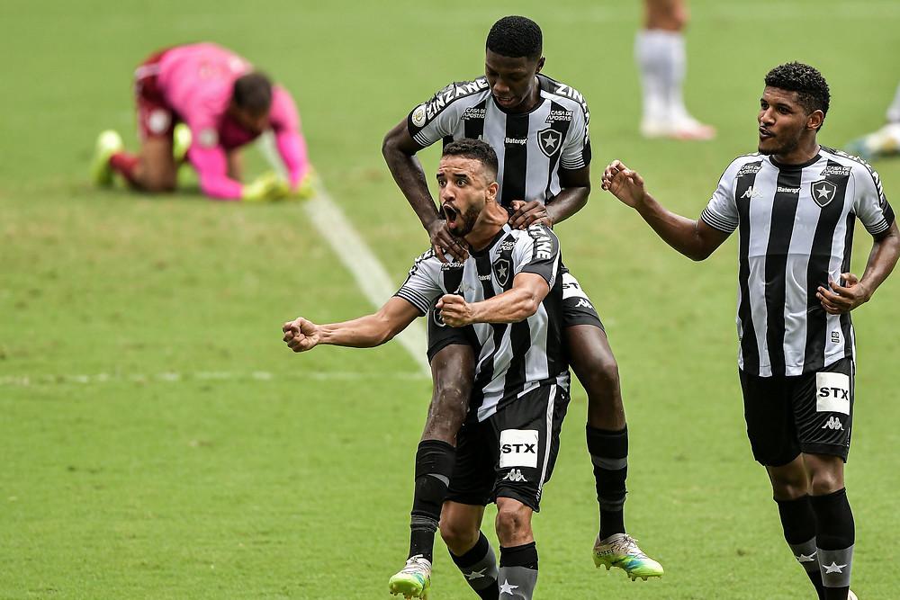 Caio Alexandre celebra com seus companheiros. (Foto: Thiago Ribeiro/AGIF)