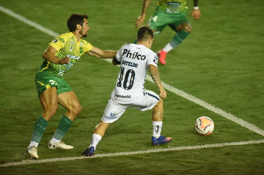 Soteldo em disputa com o zagueiro do DyJ. (Foto: SantosFC)