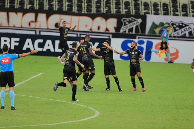 Luiz Otávio festeja com seus companheiros. (Foto: globoesportecom)