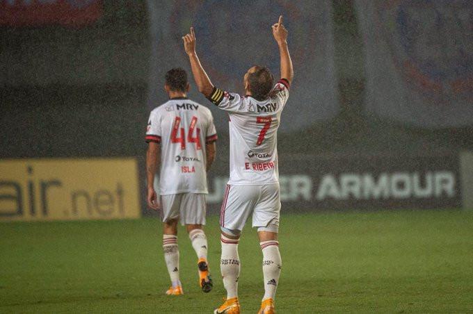 Everton Ribeiro agradece após seu golaço. (Foto: Flamengo)