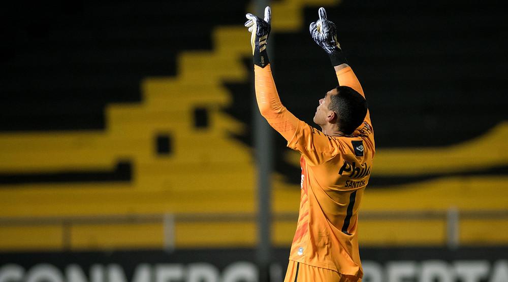 Santos festeja um dos gols contra o Peñarol. (Foto: Conmebol)