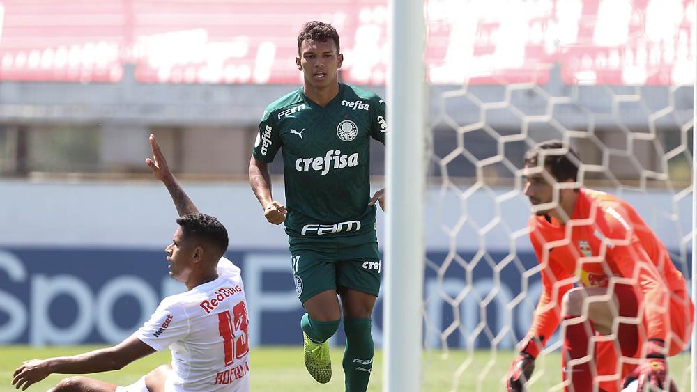 Gabriel Veron corre para pegar a bola após seu gol de empate. (Foto: Palmeiras)