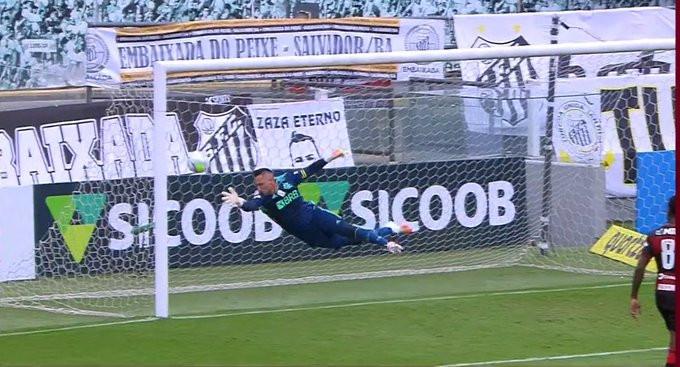 Diego Alves voa para salvar o Flamengo. (Foto: globoesportecom)