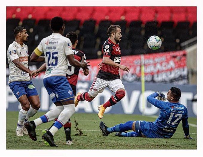 O golaço de Everton Ribeiro: (Foto: André Mourão)