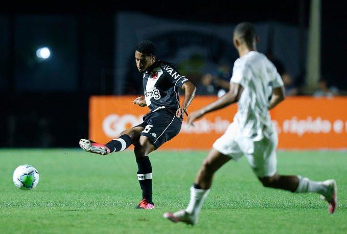 O jovem Miranda passa a bola para o companheiro. (Foto: Vasco da Gama)
