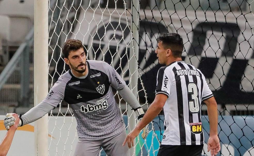 Junior Alonso com o goleiro Rafael. (Foto: Atletico)