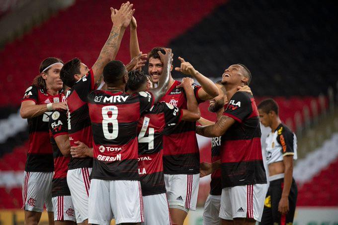 Elenco do Flamengo comemora a vitória. (Foto: Flamengo)