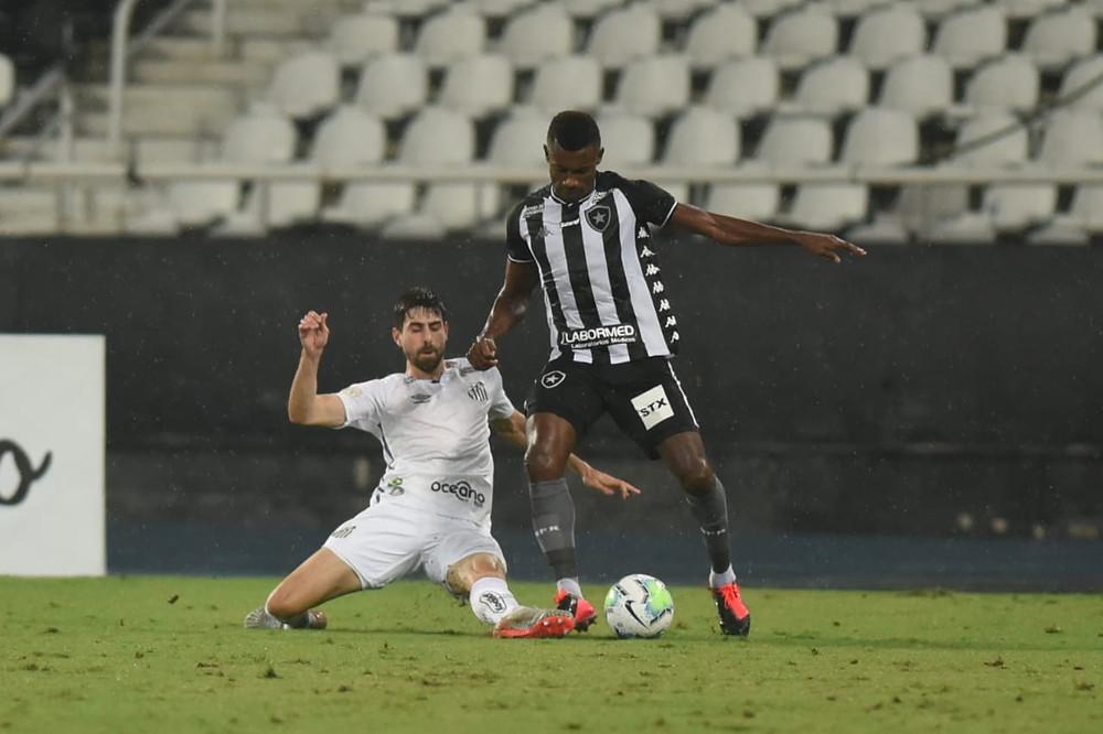 Luan Peres tenta desarmar o atleta do Botafogo. (Foto: SantosFC)