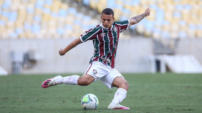 Calegari se ajeita para chutar a bola. (Foto: FluminenseFC)