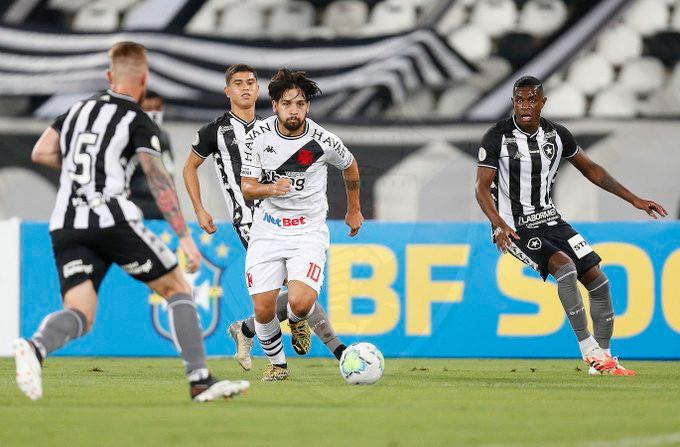 Benitez carrega a bola no meio de vários jogadores do rival. (Foto: VascodaGama)