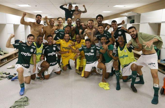 Elenco do Palmeiras festeja triunfo contra Corinthians. (Foto: Palmeiras)