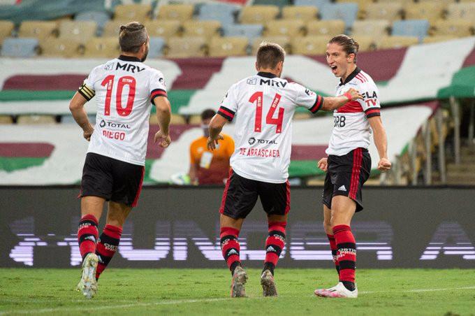 Filipe Luís celebra com Arrascaeta e Diego Ribas. (Foto: Flamengo)