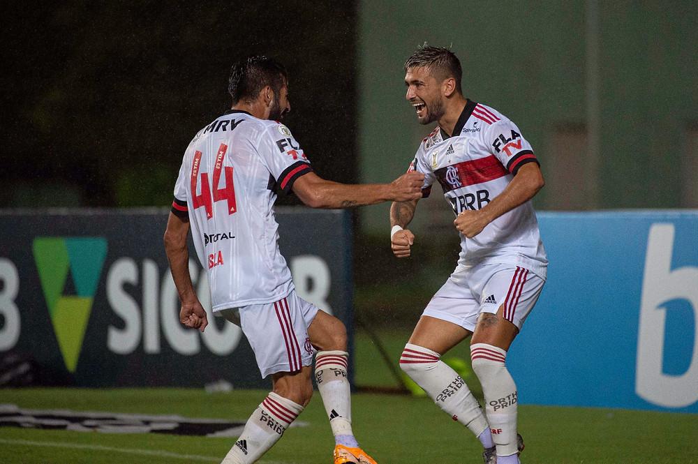 Isla e Arrascaeta festejam após o gol do uruguaio. (Foto: Flamengo)